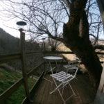 Terrasse de la cabane dans le pommier